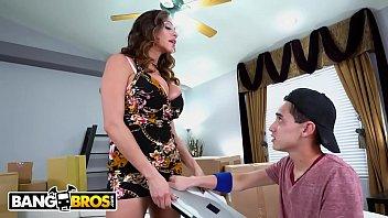 Стройненькая девушка онанирует фаллос друга на дивана и скачет на нем