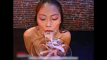 Молоденькая госпожа в сексуальном костюме онанирует нежную вагину