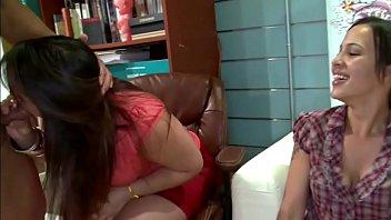 Мексиканская чувиха пердолит себя толстым огурцом