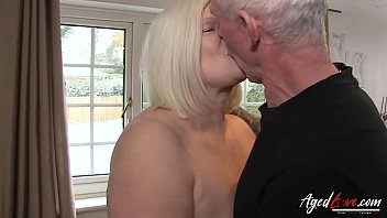 Блондинку с голубыми глазками отимел ее мускулистый парень