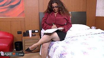 Ебарь пишет вблизи, как трахает половую щелочку брюнетки