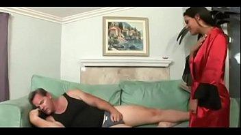 Два мужчину кончают в рот шлюхи-блондинки