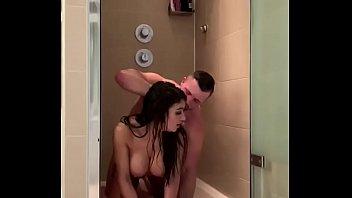 Пикапер познакомился с туристкой и захотел присунуть ей в ванной комнате