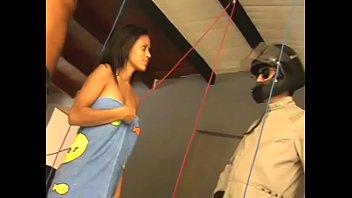 Два женатика привели телочку на съемную хату и поимели ее перед камерой