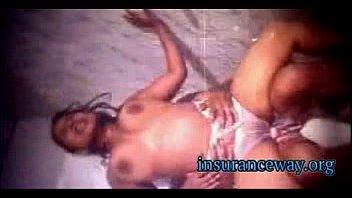 Девушка принимает заботу мужчины и по окончании мастурбации мохнаток трахается с ним