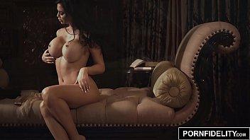 Жопастая латинская шлюха выбирает жениха на шоу и устраивает с ними тройничок на кровати
