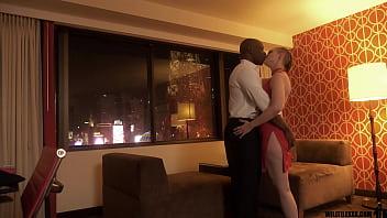 Молодая блондиночка дразнит любителей клубнички перед камерой