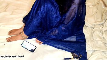 Молодая женщина мастурбирует анальное отверстие стеклянным самотыком
