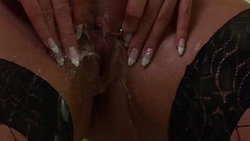 Создала сыну минет и дала чпокнуть себя в побритую вульву по середине белоснежной ванной комнаты