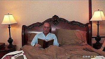 Пацанчик в маске-чулке дерет зрелку с рыжими волосками в жопу в позе раком на кроватке