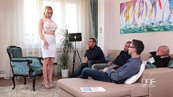 Модель с огромными грудями демонстрирует глубокую глотку на порно отборе